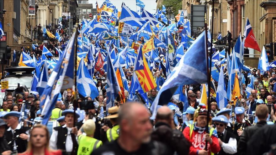 Glasgow se tiñe de azul en busca de la independencia de Escocia