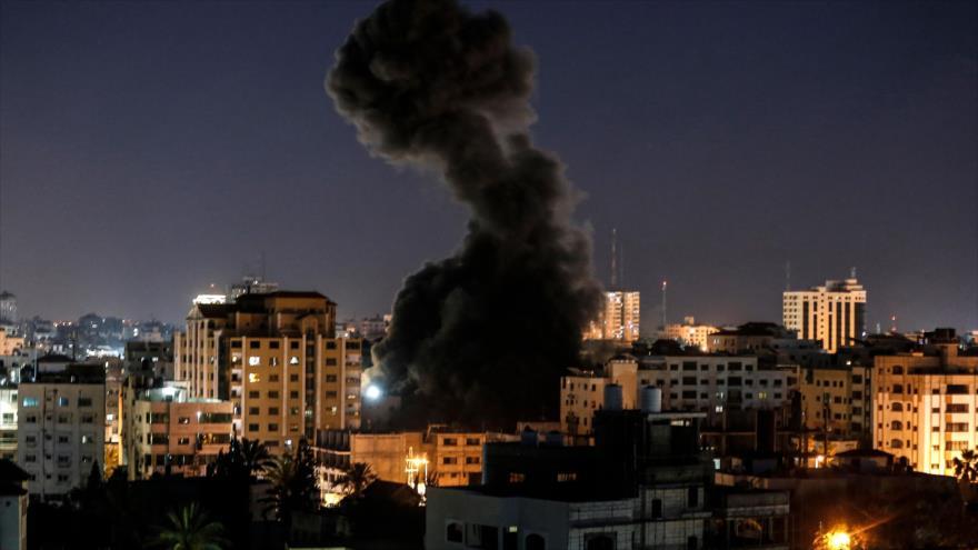 Una explosión causada por los ataques aéreos israelíes en la Franja de Gaza, 4 de mayo de 2019.