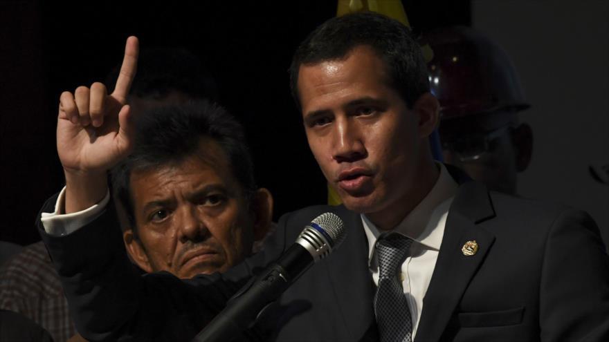 El líder golpista venezolano Juan Guaidó habla en una reunión con los opositores en Caracas, la capital de Venezuela, 3 de mayo de 2019. (Foto: AFP)