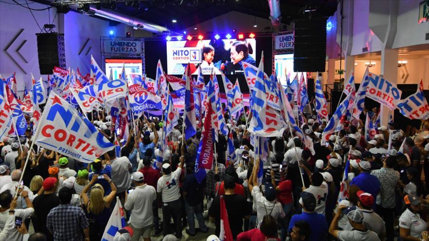 Partidarios del candidato presidencial panameño Laurentino Cortizo esperan resultados del recuento de votos, Ciudad de Panamá, 5 de mayo de 2019. (Foto: AFP)