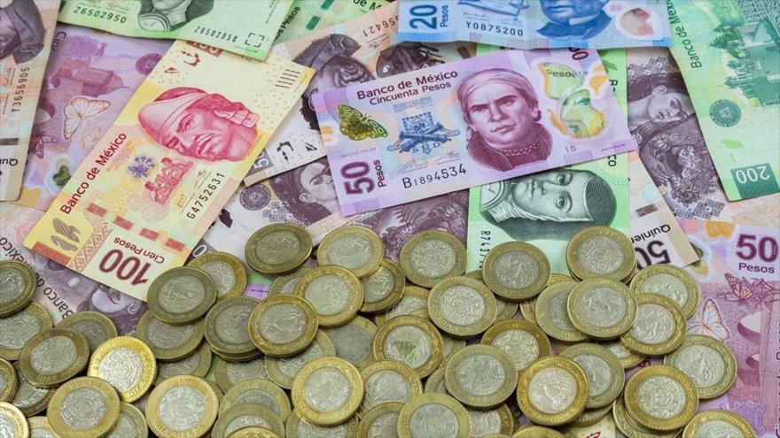 Un montón de billetes y monedas de México.