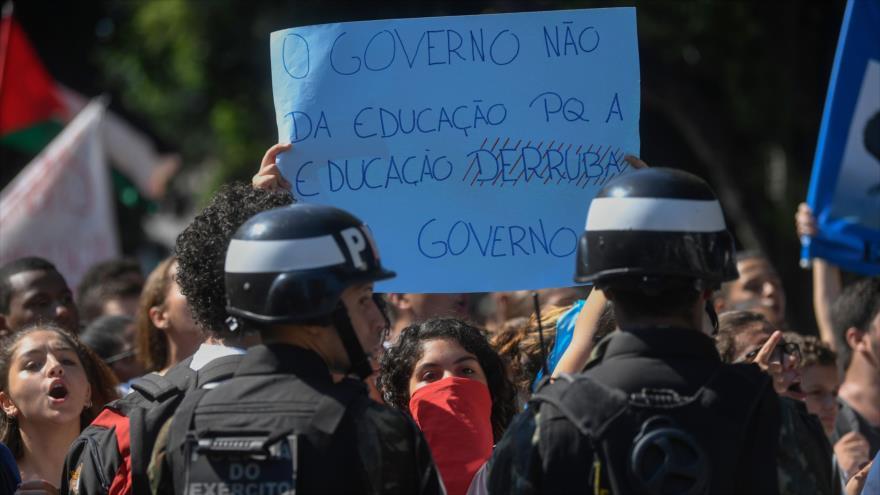 Estudiantes brasileños se manifiestan contra ajustes de Bolsonaro | HISPANTV