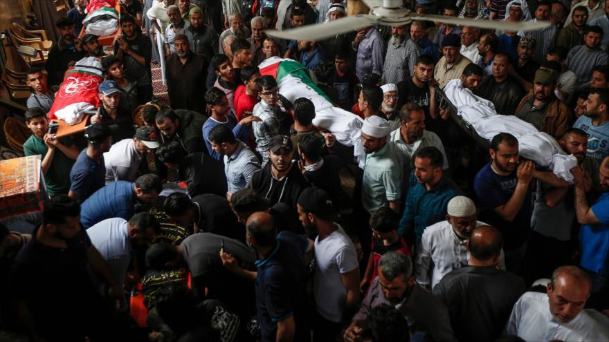 Los palestinos llevan los cuerpos de los palestinos que murieron en ataques israelíes en la Franja de Gaza, el 6 de mayo de 2019. (Foto: AFP)