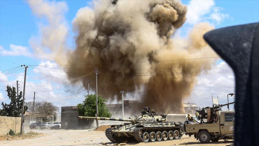 Columna de humo provocada por un ataque del Ejército Nacional Libio (ENL), liderado por Jalifa Haftar contra Trípoli, 12 de abril de 2019. (Foto: AFP)