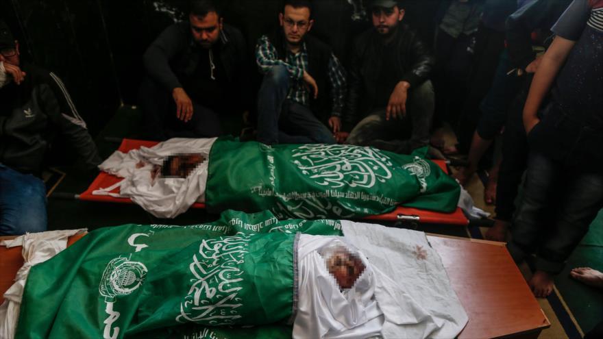 Dolientes se reúnen alrededor de los cuerpos de los palestinos que murieron en ataques israelíes en el norte de Gaza, 6 de mayo de 2019. (Foto: AFP)