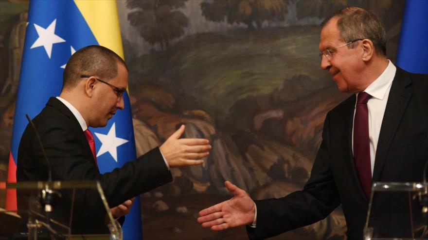 El canciller ruso, Serguéi Lavrov (dcha.), y su homólogo venezolano, Jorge Arreaza, en una rueda de prensa en Moscú, 5 de mayo de 2019. (Foto: AFP)
