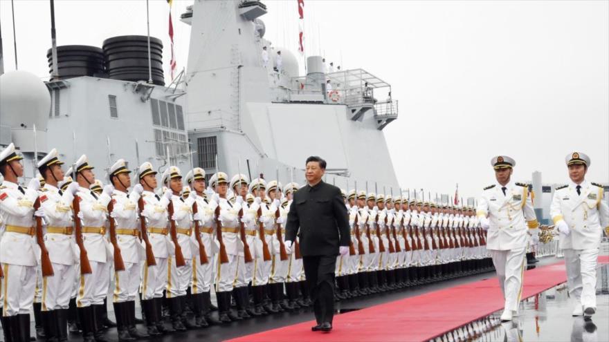 El presidente chino, Xi Jinping, inspecciona a las fuerzas del Ejército Popular de Liberación de China a bordo del destructor Xining.