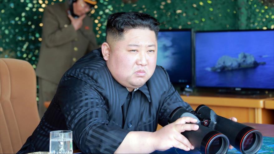 El líder norcoreano, Kim Jong-un, observa lanzamiento de proyectiles de corto alcance durante un ejercicio militar, 4 de mayo de 2019. (Foto: KCNA )
