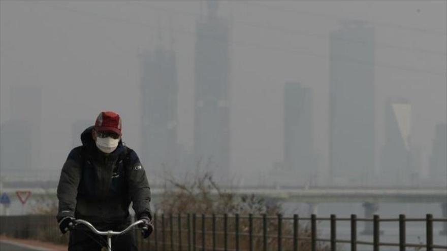 Un ciclista en Seúl, la capital surcoreana, afectada por alto nivel de contaminación.