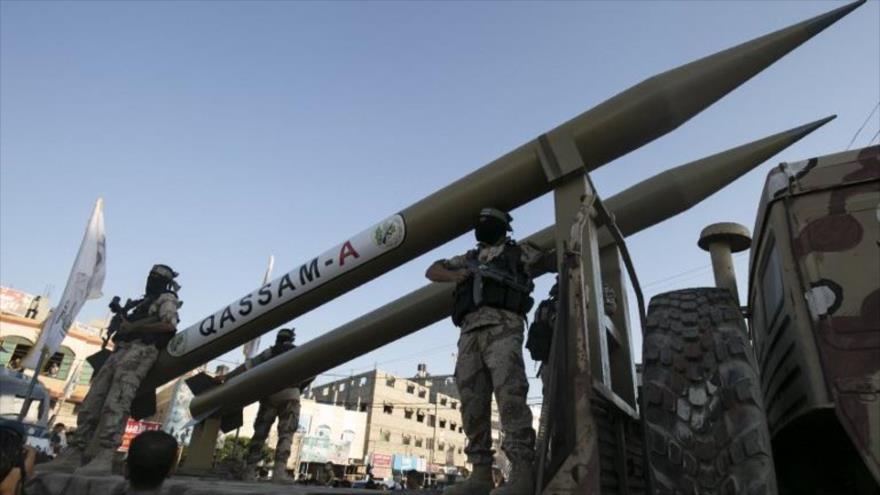 Combatientes del movimiento palestino HAMAS muestran sus misiles en un desfile en Gaza.