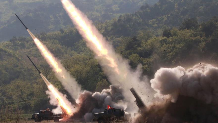 Lanzacohetes disparando durante el simulacro de ataque de unidades de defensa del Ejército Popular de Corea del Norte, 10 de mayo de 2019. (Foto: AFP)