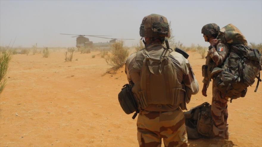 Dos soldados franceses en la nueva base militar francesa de Gossi, en el centro de Mali, 24 de marzo de 2019. (Foto: AFP)