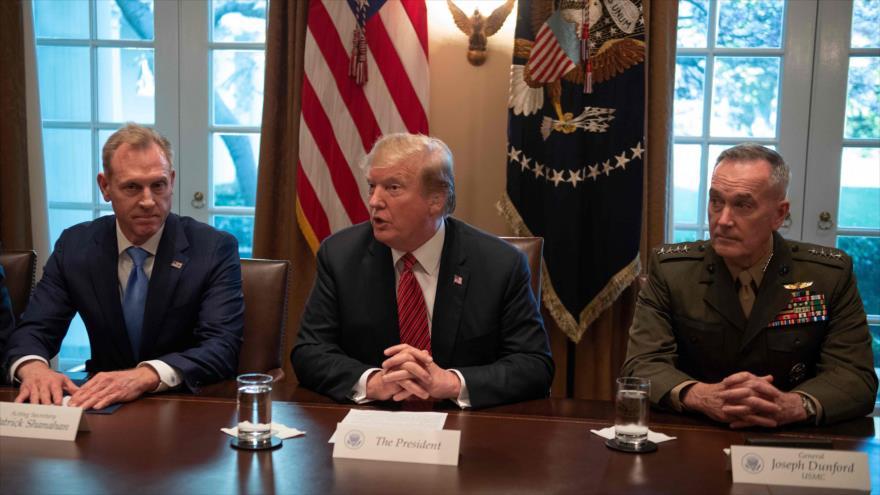 El presidente de EE.UU., Donald Trump (centro) y dos líderes militares Joseph Dunford (dcha.) y Patrick Shanahan, 3 de abril de 2019. (Foto: AFP)