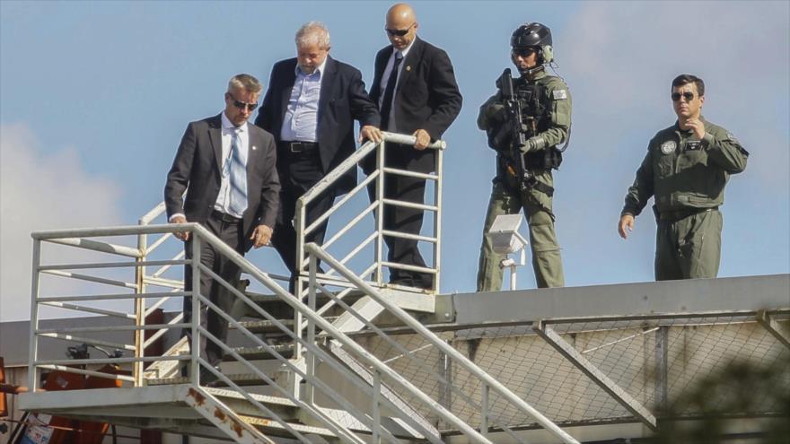 El expresidente brasileño Luiz Inácio Lula da Silva llega a la sede de la Policía Federal de Brasil, 2 de marzo de 2019.