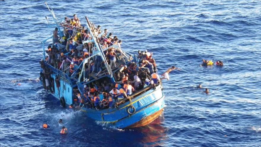 Una embarcación con migrantes en el mar del Mediterráneo.