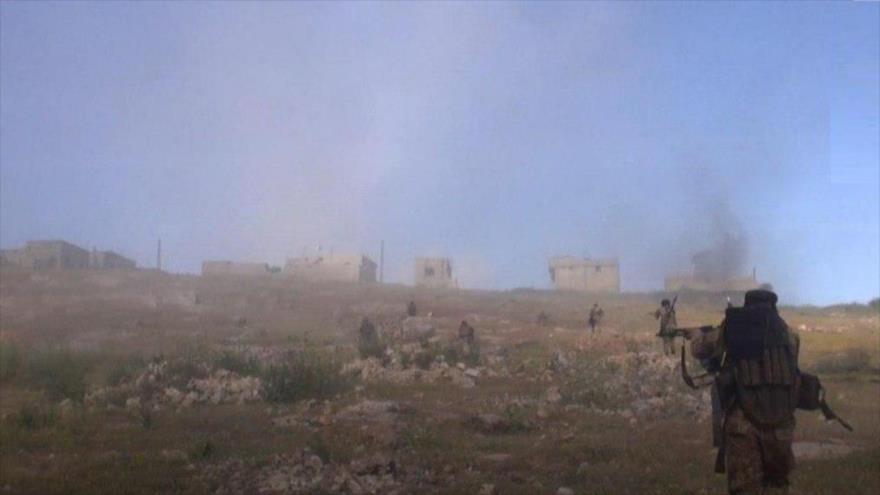 Integrantes de la alianza terrorista HTS (liderada por el Frente Al-Nusra) en combates en Hama, en el noroeste de Siria, 10 de mayo de 2019.