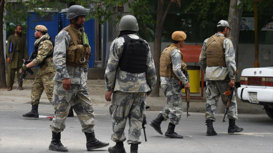 Fuerzas seguridad afganas bloquean la calle durante un ataque de los talibanes en Kabul (capital de Afganistán), 8 de mayo de 2019. (Foto: AFP)