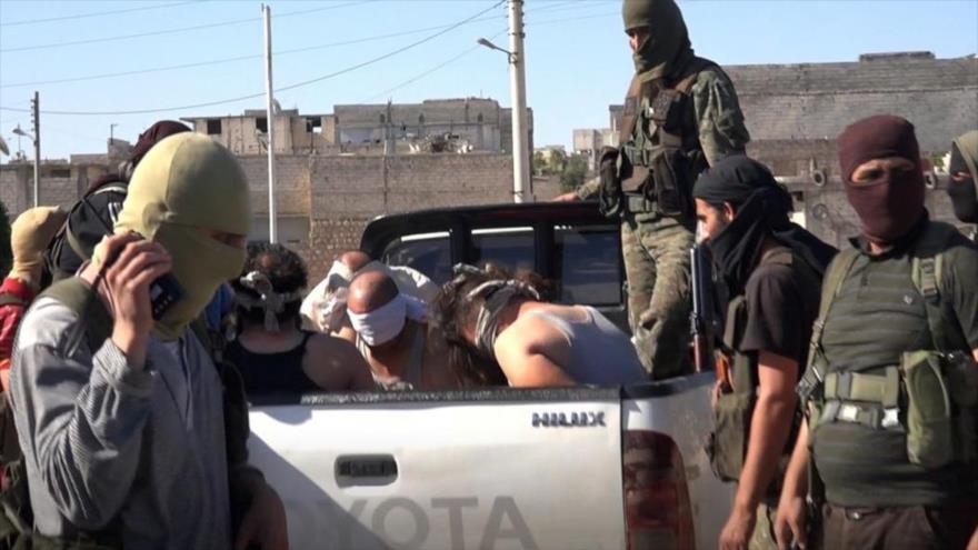 Combatientes vinculados a Al-Qaeda después de una operación en la aldea noroccidental siria de Sarmin, en la provincia de Idlib, 9 de julio de 2017.