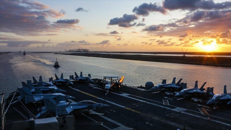 El grupo de ataque del portaviones USS Abraham Lincoln (CVN-72) a su paso por el canal de Suez, 9 de mayo de 2019. (Foto: AFP)