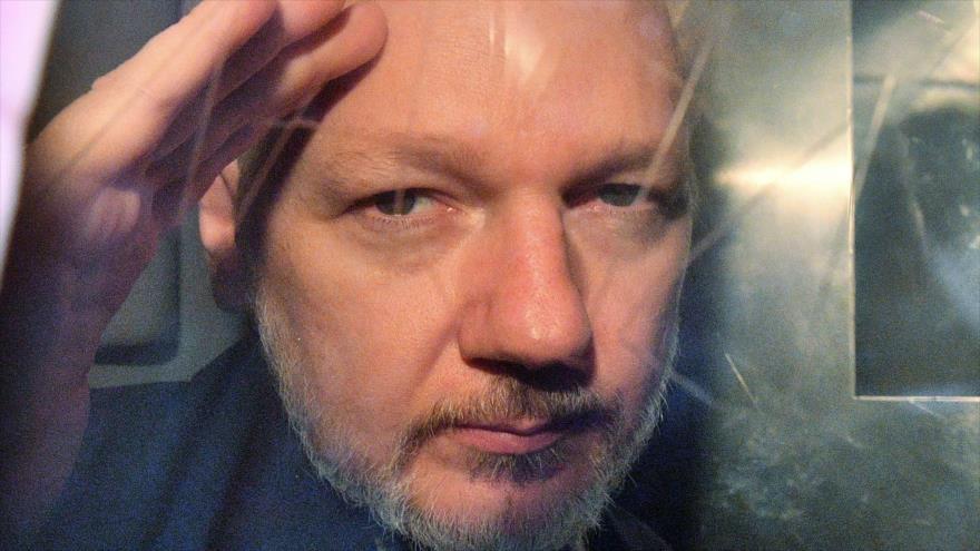 El fundador de WikiLeaks, Julian Assange, mira a través del cristal de la furgoneta que lo trasladó a una corte en Londres, 1 de mayo de 2019. (Foto: AFP)