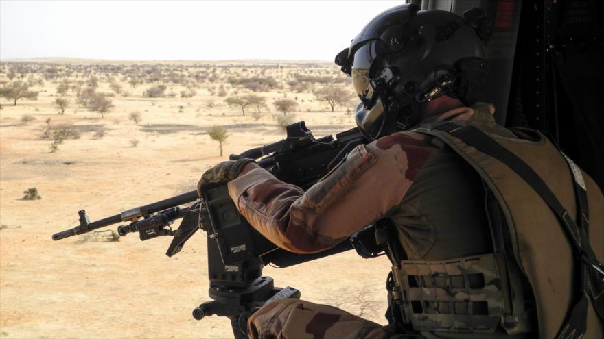 Un soldado francés de la misión apunta con una ametralladora desde un helicóptero en la región de Sahel, en África, 21 de marzo de 2019. (Foto: AFP)
