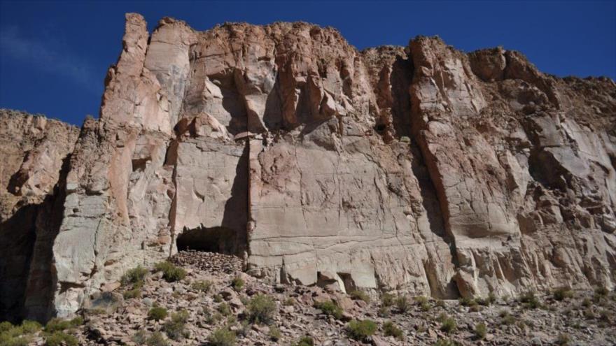 Fotografía cedida por los investigadores Juan Albarracin-Jordan y José Capriles donde se muestra la montaña por donde se accede a la cueva denominada Bautista.