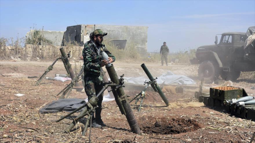 Soldados sirios se preparan para lanzar un mortero contra los terroristas en la aldea de Kfar Nabuda, en el campo de la provincia de Hama, 11 de mayo de 2019.