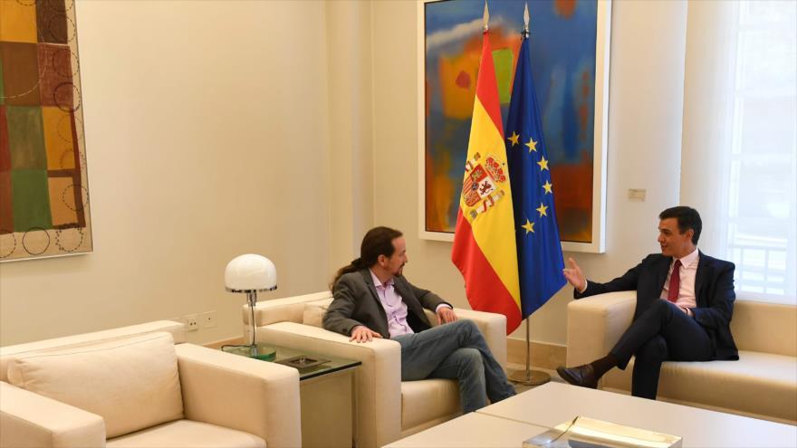 El socialista Pedro Sánchez (dcha.) y Pablo Iglesias, de Podemos, dialogan en el Palacio de La Moncloa, 7 de mayo de 2019. (Foto: AFP)