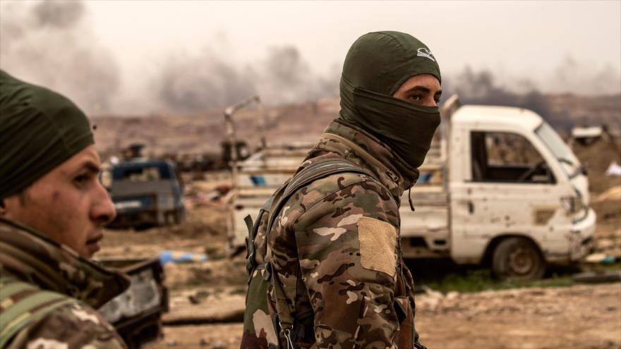 Miembros de las llamadas Fuerzas Democráticas Sirias (FDS), caminan en la localidad de Al-Baghouz, en Deir Ezzor, 24 de marzo de 2019. (Foto: AFP)
