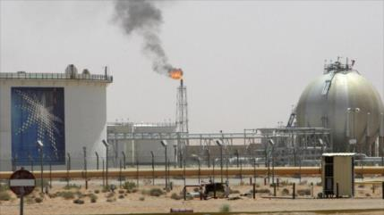 Precio de crudo se dispara tras ataque yemení a oleoductos saudíes