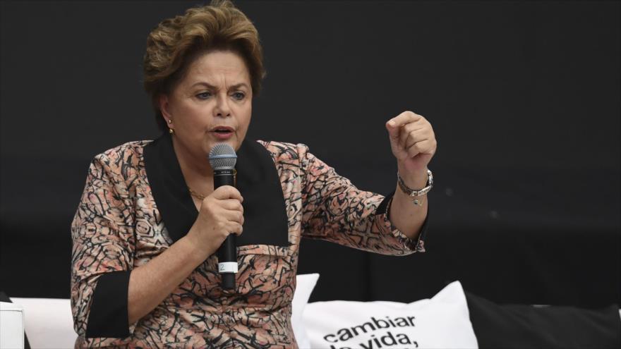 La expresidenta brasileña Dilma Rousseff da un discurso en Argentina, 19 de noviembre de 2018. (Foto: AFP)