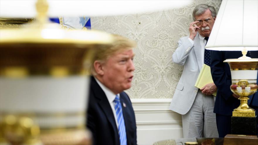 El presidente de EE.UU., Donald Trump, habla en una rueda de prensa en presencia de su asesor, John Bolton, Washington, 2 de julio de 2018. (Foto: AFP)