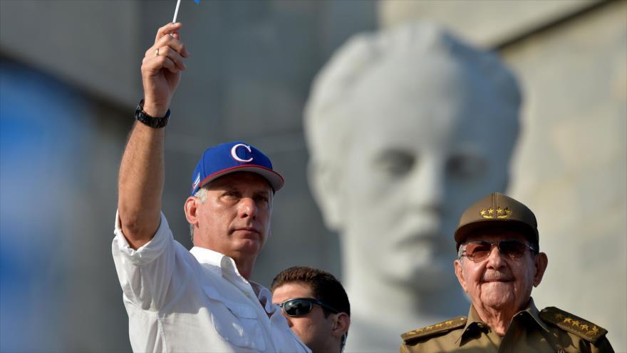 El presidente de Cuba, Miguel Díaz-Canel (izda.) y su antecesor, Raúl Castro, 1 de mayo de 2018. (Foto: AFP)
