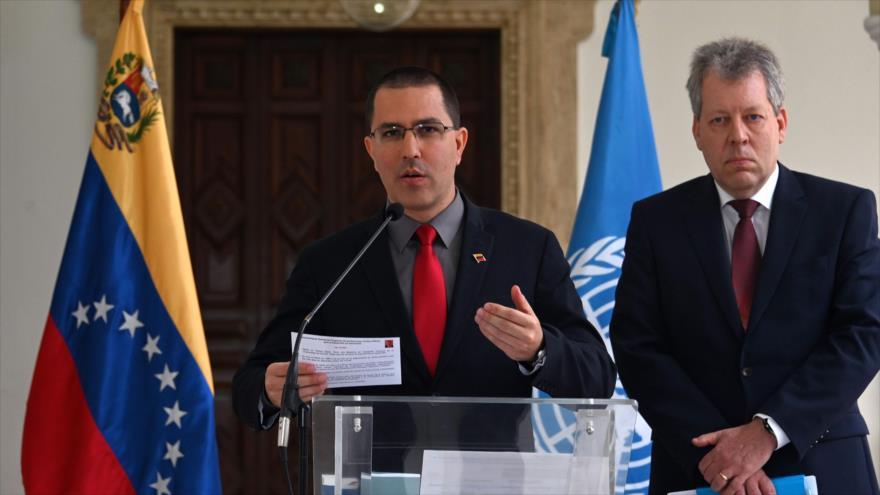 El canciller de Venezuela, Jorge Arreaza (izda.), habla luego de una reunión en Caracas, 9 de mayo de 2019. (Foto: AFP)