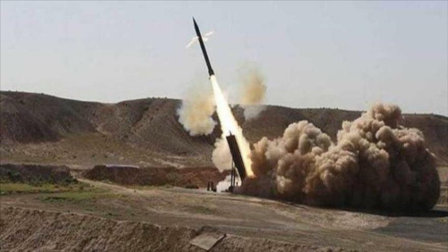 El momento de lanzamiento de un misil balístico yemení Zelzal-1.