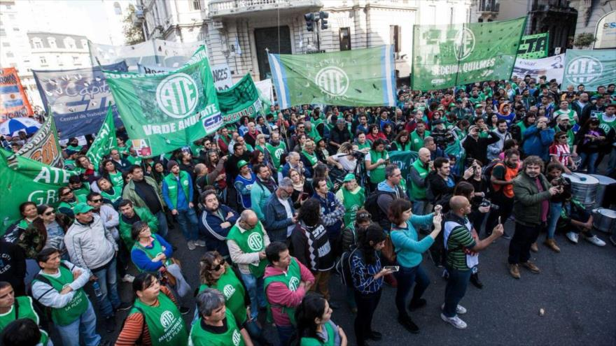 """Empleados argentinos marchan contra políticas de """"saqueo"""" de Macri"""