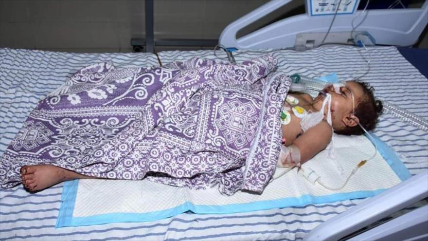 Un niño herido gravemente por un ataque lanzado por grupos armados contra campo de refugiados palestinos de Neirab en Siria, 14 de mayo de 2019. (Foto: SANA)