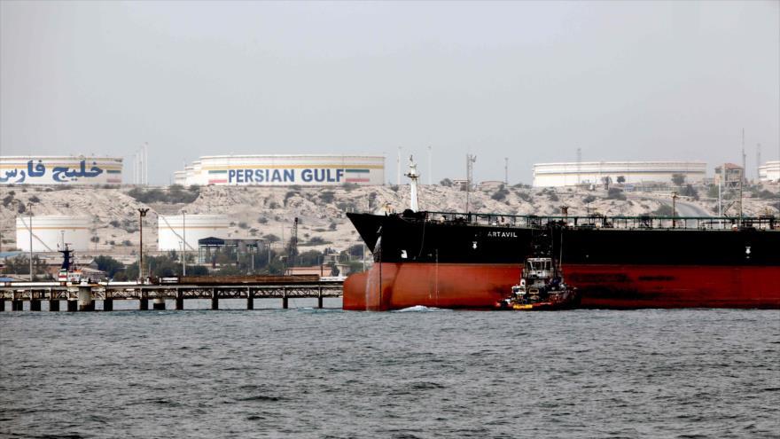 Un petrolero iraní desembarca su carga en la isla persa Jark ubicada en el Golfo Pérsico, 12 de marzo de 2017. (Foto: AFP)