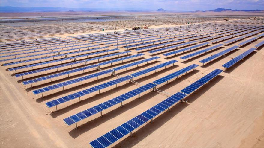 Paneles solares colocados en el desierto de Atacama, en Chile, ayudan a generar energía solar fotovoltaica.