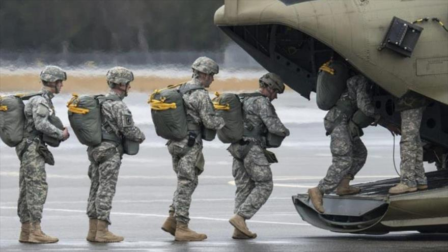 Tropas de EE.UU. ingresan a un avión que los llevará a una base en Irak.