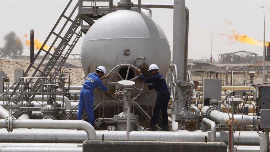 Empleados trabajan en un yacimiento petrolífero en Irak.