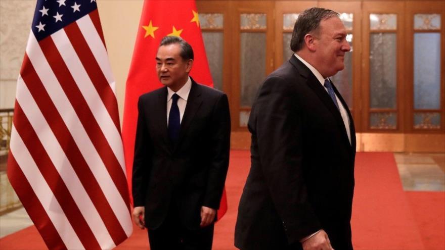 El secretario de Estado de EE.UU., Mike Pompeo, (dcha.) y el canciller de China, Wang Yi, antes de una reunión en Pekín, 14 de junio de 2018. (Foto: AFP)