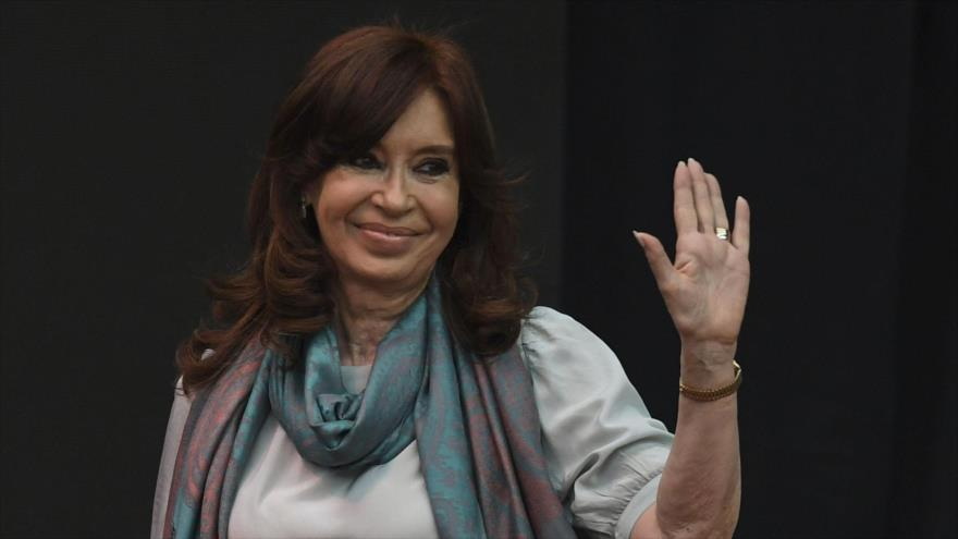 La expresidenta argentina Cristina Fernández de Kirchner saluda a sus seguidores, 19 de noviembre de 2018. (Foto: AFP)