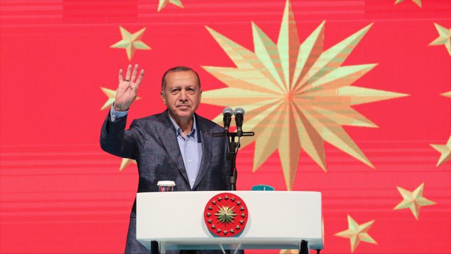 El presidente turco, Recep Tayyip Erdogan, saluda en un acto en la avenida estambuliota de Istiklal, 12 de mayo de 2019. (Foto: AFP/Presidencia turca)