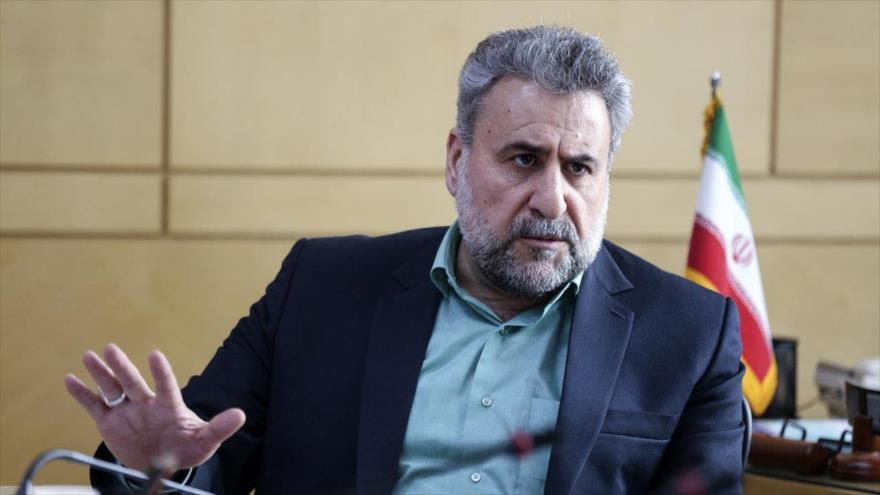 El presidente del Comité de Seguridad Nacional y Política Exterior del Parlamento iraní (Mayles), Heshmatolá Falahat Pishe, habla con periodistas.