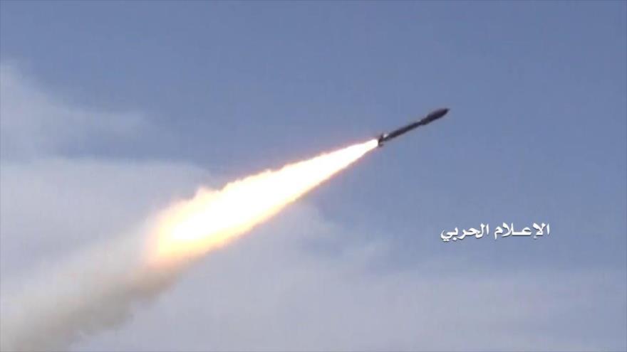 Las fuerzas yemeníes lanzan un misil balístico contra posiciones militares de Arabia Saudí.