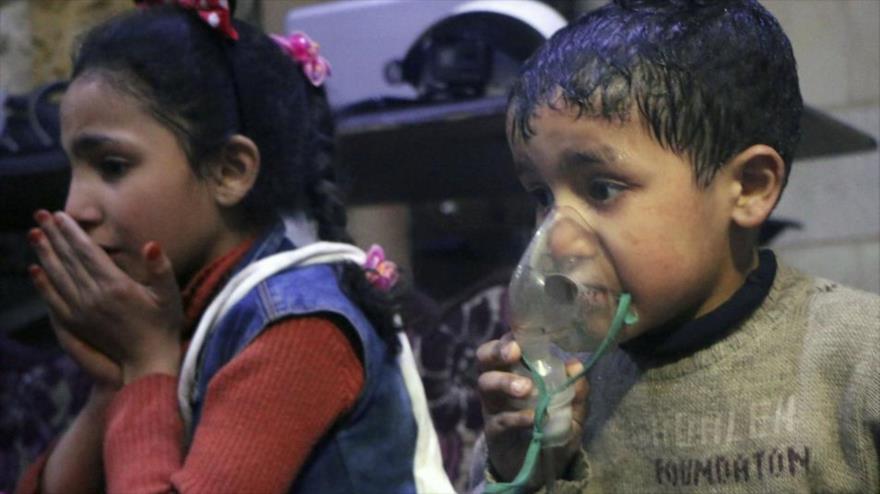 Menores siros presentan síntomas de asfixia por un presunto ataque químico en Duma, 7 de abril de 2018. (Foto: AFP)