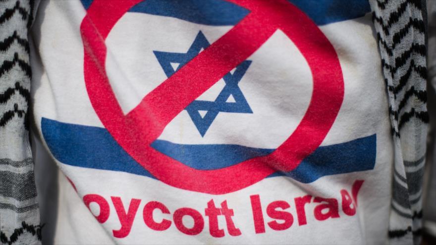 Un activista propalestino lleva una camiseta proboicot a la ocupación israelí en la embajada palestina en Malasia, 17 de julio de 2014. (Foto: AFP)