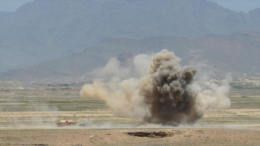 El Ejército afgano realiza una explosión controlada durante un ejercicio militar a las afueras de Kabul, la capital, 30 de abril de 2014. (Foto: AFP)
