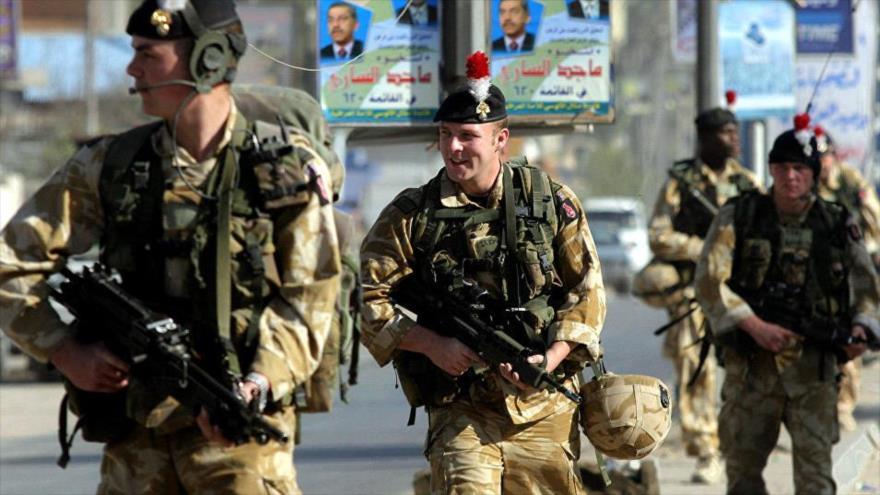 Soldados británicos patrullan las calles de la ciudad iraquí de Basora, julio de 2008.